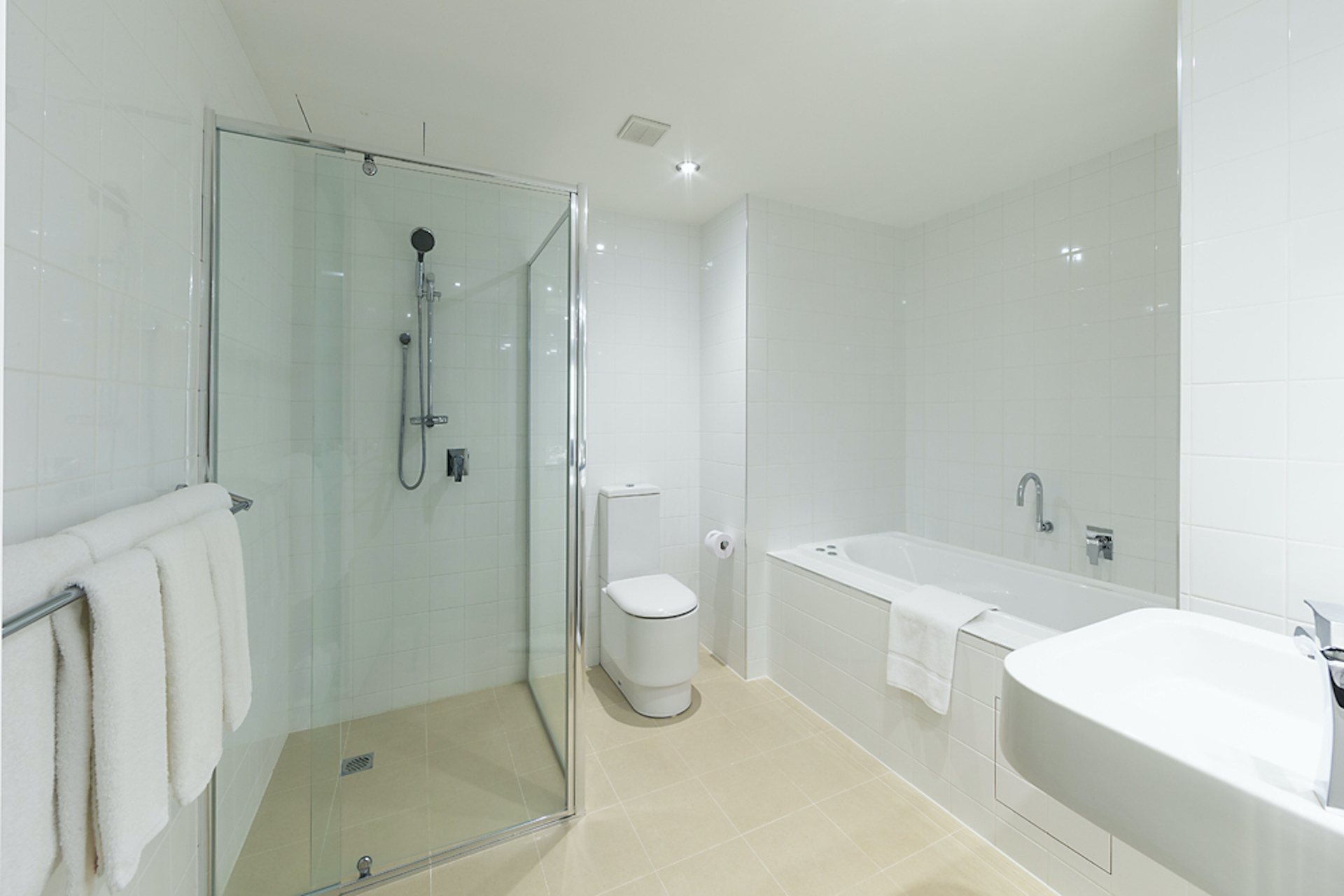 Shower and bath in Deluxe Suite Accommodation Room | Crowne Plaza Canberra