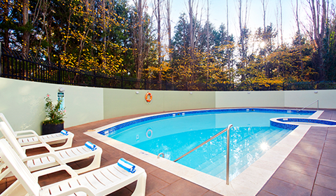Crowne Plaza Canberra outdoor hotel pool